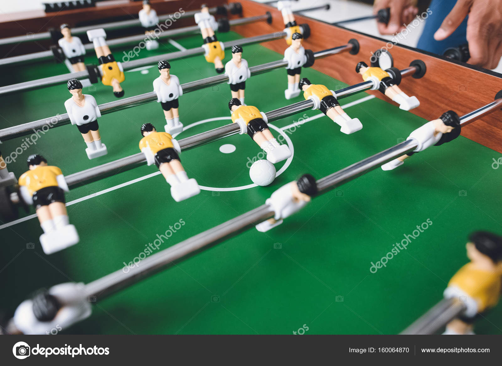 depositphotos_160064870-stockafbeelding-man-tafelvoetbal-spelen