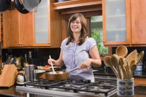 woman-cooking-stir-fry_clyiqx